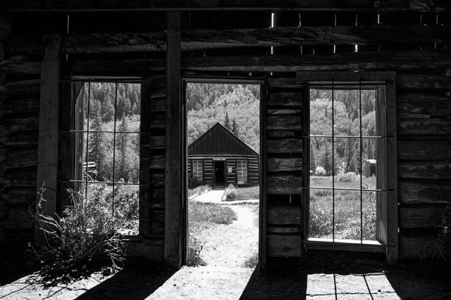 Inside one of the cabins alternative view. Author:Lorie ShaullCC BY-SA 2.0