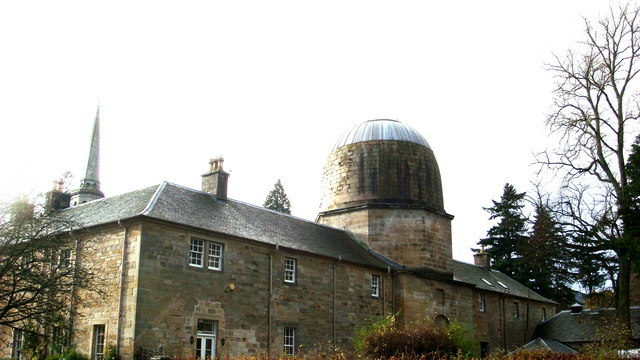 The New Penicuik House, with domed dovecote, a replica of Arthur's O'on. Author: dave peck – CC BY-SA 2.0