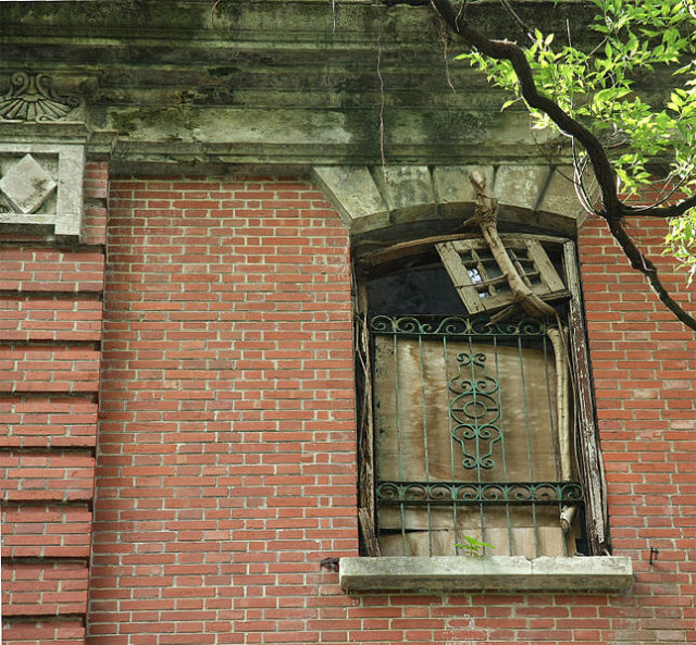 Red brickwork and window grilles/ Author:2009500376onland09CC BY 3.0