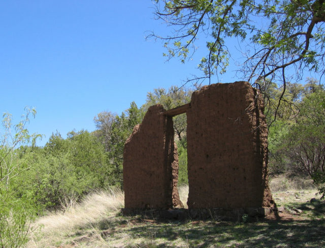 Remains of an adobe building/ Author:TransityCC BY-SA 3.0
