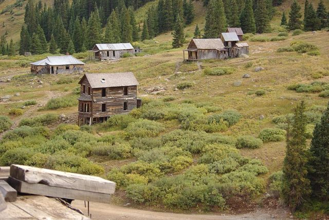 Some of the remaining buildings at Animas Forks. Author:Adam BakerCC BY 2.0