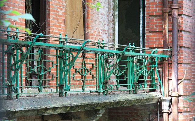 The balcony ironwork/ Author:2009500376onland09CC BY 3.0