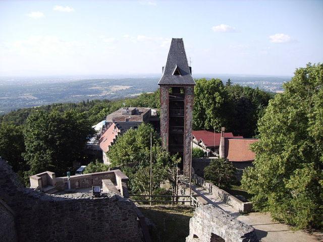 The castle heavily damaged; alternative view. Author:Pascal RehfeldtCC BY-SA 3.0