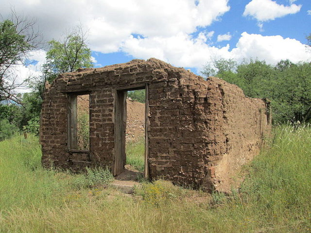The ruins of an adobe house/ Author:The Old PuebloCC BY-SA 4.0