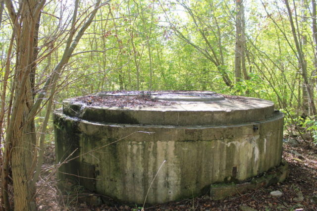 Foundation of former mast/ Author: Zonk43 – CC BY-SA 3.0
