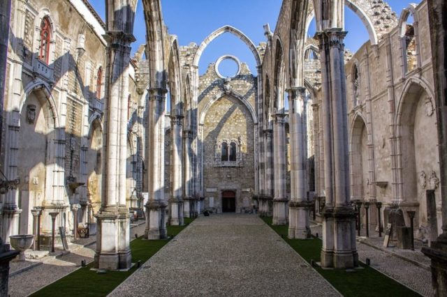 Main gate entrance of Convento do Carmo at the far center – Author: Shadowgate – CC BY 2.0