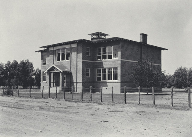Abandoned St. Thomas School House. Photo taken May 13, 1934 – Author: Lake Mead NRA Public Affairs – CC BY 2.0