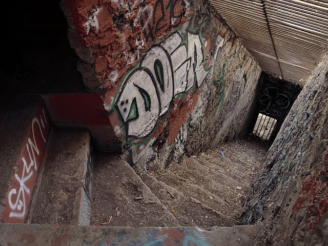 Inside of animal housing at the defunct Griffith Park Zoo in Los Angeles, California/ Author: Junkyardsparkle – CC BY-SA 3.0