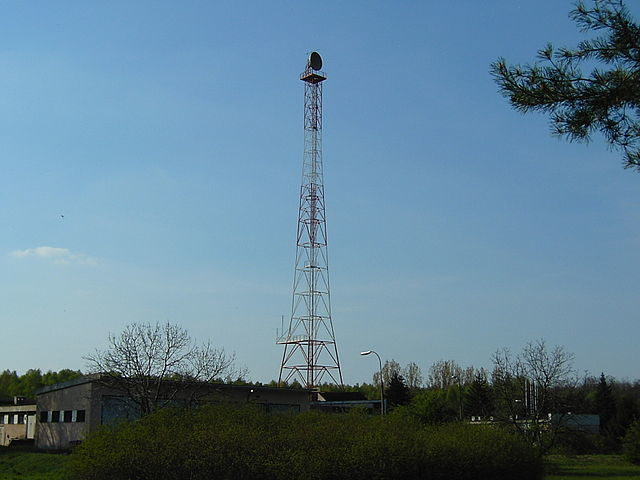 Radio relay tower used for radio relay link to studio in Warsaw/ Author: Majtadek1 – CC BY-SA 3.0