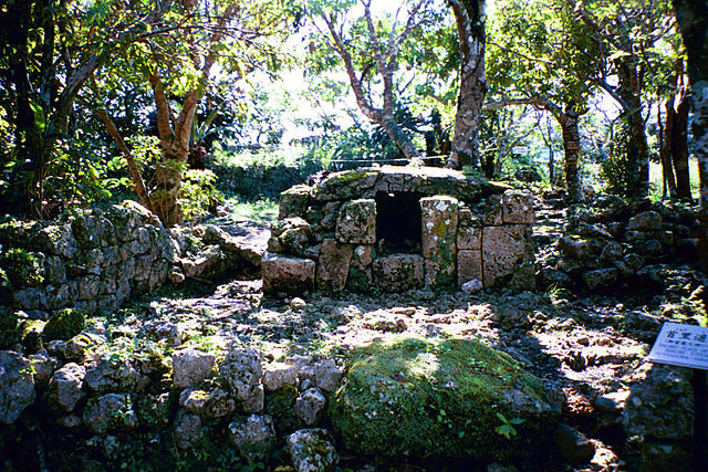 A shrine dedicated to Hinukan, the Okinawan god of fire and the hearth/ Author: Michael Gunther – CC BY-SA 4.0