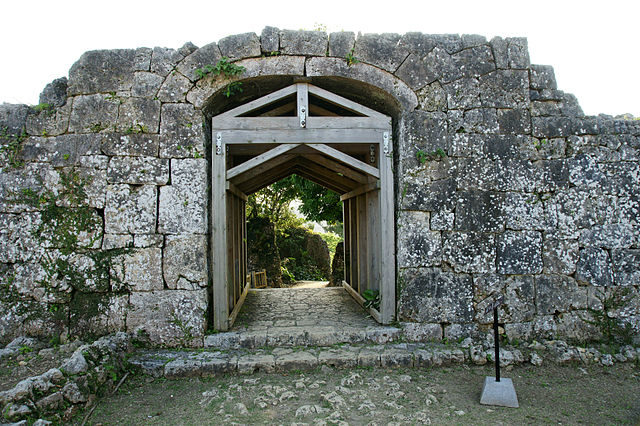 A castle's gate/ Author: 663highland – CC BY 2.5