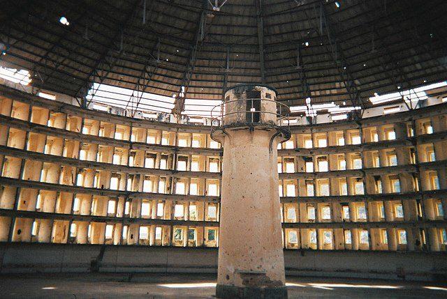Inside one of the prison buildings at Presidio Modelo, Isla de la Juventud, Cuba – Author: Friman – CC BY-SA 3.0