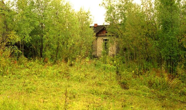 A structure that was abandoned when the project ended. Author:Сергей МетикCC BY 3.0