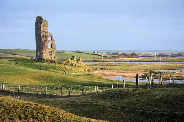 The surviving wall of the tower house/ Author: Bob Jones – CC BY-SA 2.0