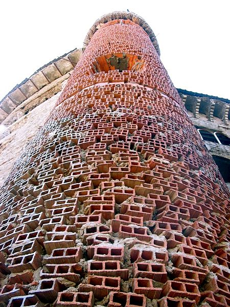 Closer view of one of the towers. Author:Juan Lupión –CC BY 2.0