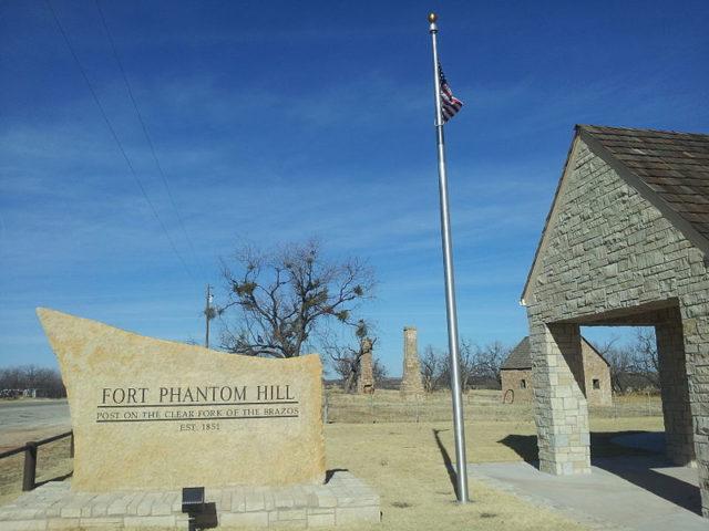 Fort Phantom Hill entrance/ Author:Pi3.124 – CC BY-SA 3.0