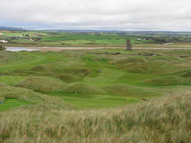 Now the ruin is part of a golf club/ Author: Tim Murphy – CC BY-SA 2.0