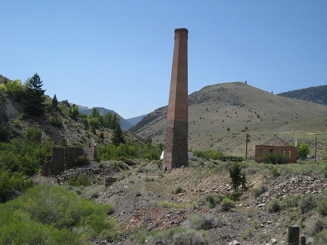 Old leaning chimney/ Author: The Greater Southwestern Exploration Company – CC BY 2.0