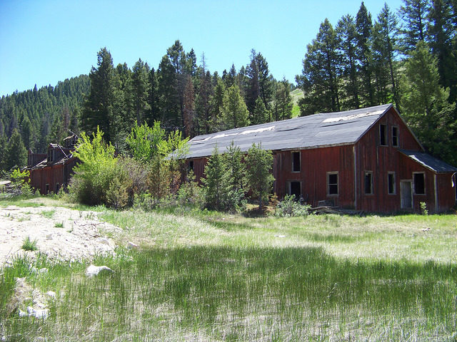 One of the buildings at the mining site. Author:Mark Holloway – CC BY 2.0