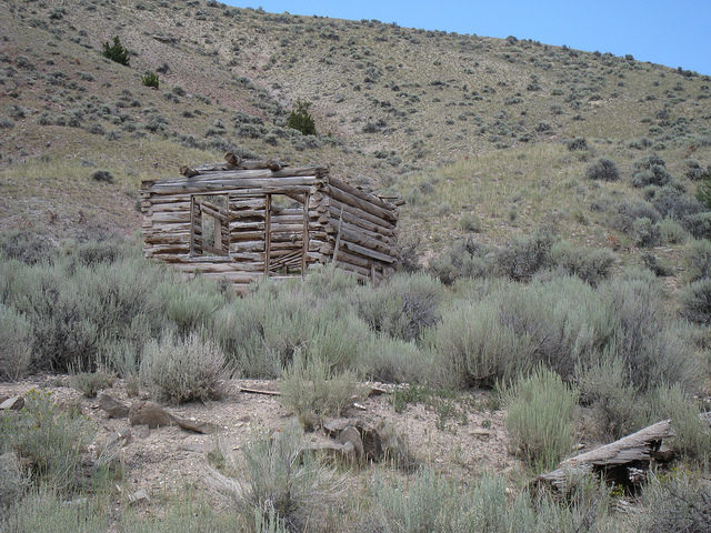 Roofless wooden house/ Author: The Greater Southwestern Exploration Company – CC BY 2.0