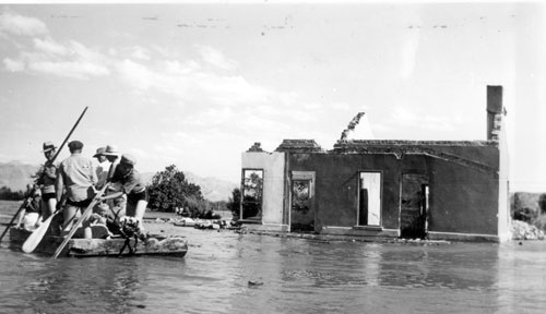 A salvage crew rafts through the town of St. Thomas near the ruins of a building as Lake Mead begins to submerge it in June 1938 – Author: Lake Mead NRA Public Affairs – St. Thomas Evacuation – CC BY-SA 2.0