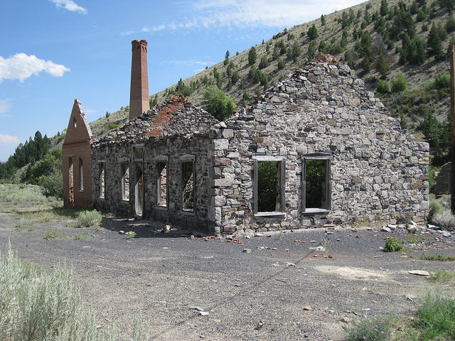 Stone building and a lonely chimney/ Author: The Greater Southwestern Exploration Company – CC BY 2.0