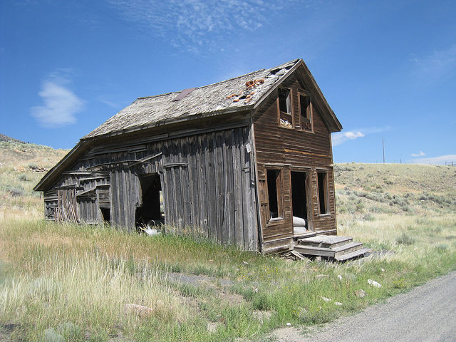 Two-story wooden building/ Author: The Greater Southwestern Exploration Company – CC BY 2.0