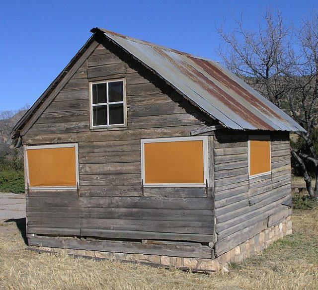 Wooden abandoned house/ Author:Daniel MayerCC BY-SA 3.0