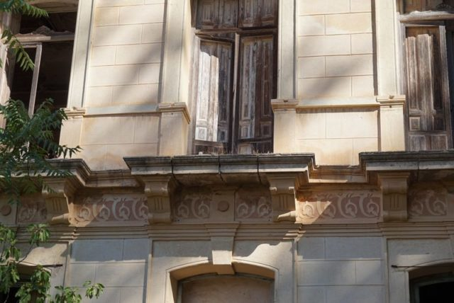 Details below the windows – Author: Naza28 – CC BY-SA 4.0