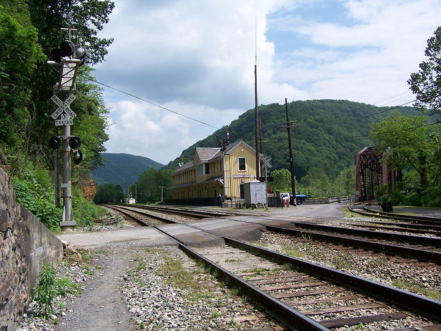 Thurmond, West Virginia, depot, now a National Park Service visitor center, and CR 25/2 bridge over New River – Author: Brian M. Powell – CC BY-SA 3.0
