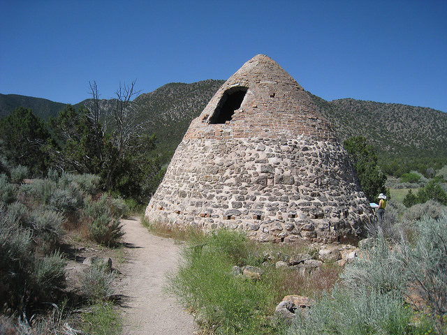 Beehive charcoal kiln at Old Iron Town – Author: The Greater Southwestern Exploration Company – CC BY 2.0