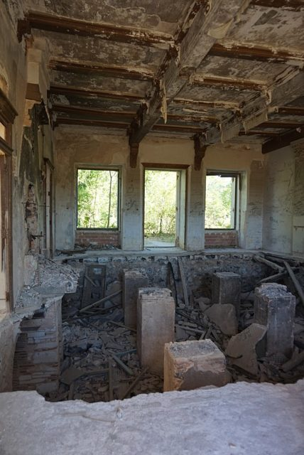 Interior of the palace in complete ruins – Author: Naza28 – CC BY-SA 4.0