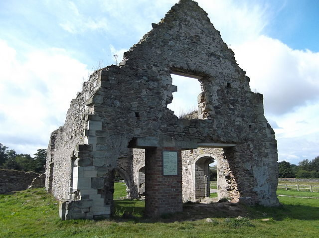 The remains of the chapter house/ Author: JohnArmagh – CC BY-SA 3.0
