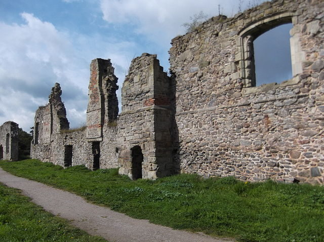 The remains of the south range/ Author: JohnArmagh – CC BY-SA 3.0
