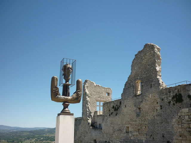 A monument in honor of Marquis de Sade next to the ruins of the Lacoste castle – Author: Jeanne Menjoulet – CC BY 2.0