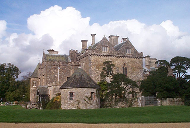 Palace House, which was built around the medieval gatehouse of the abbey (the double gabled building in the photo)/ Author: Darren Hill – CC BY-SA 2.0