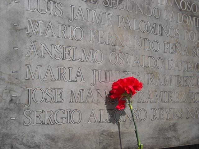 Close-up of the memorial plaque. Author:Pjorquer –CC BY-SA 3.0