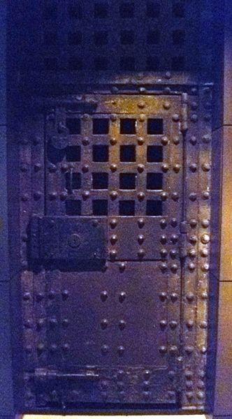 Newgate Prison door. Author:Kim Traynor –CC BY-SA 3.0