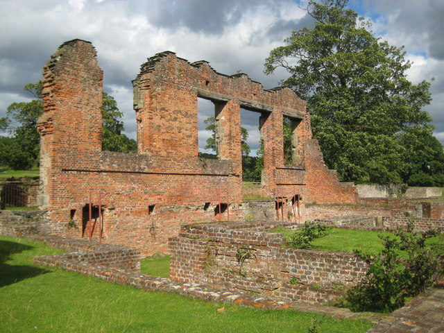 The ruined Great Hall/ Author: Nigel Cox – CC BY-SA 2.0