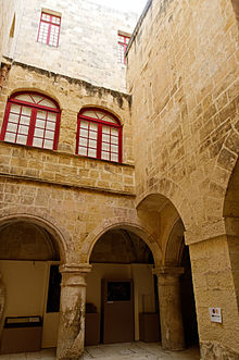 Part of the courtyard. Author:Marie-Lan Nguyen –CC BY 2.5