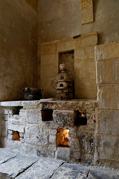 Part of the kitchen. Author:Marie-Lan Nguyen –CC BY 2.5