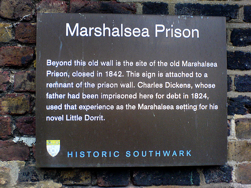 Plaque mentioning Charles Dickens. Author:Russell Kenny –CC BY 3.0