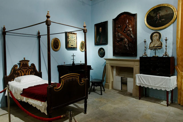 The bedroom of the inquisitor. Author:Marie-Lan Nguyen –CC BY 2.5