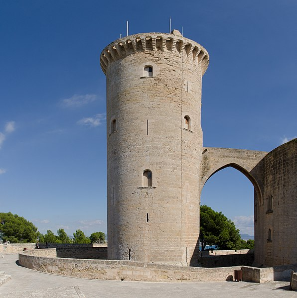 The circular tower. Author:pjt56 –CC BY-SA 3.0