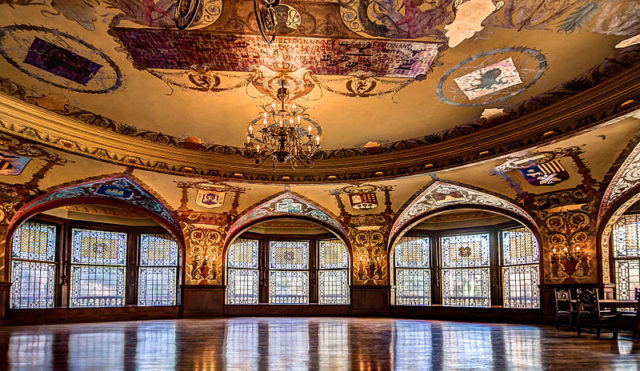 The dining room with Tiffany stained glass windows. Author:Maksim Sundukov –CC BY-SA 3.0