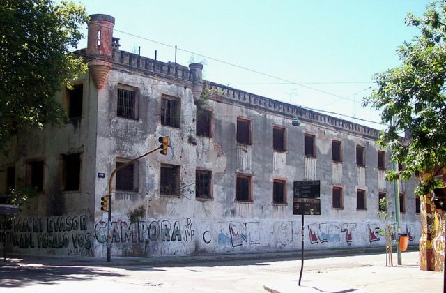 The prison walls in 2008. Author:Roberto Fiadone – CC BY-SA 3.0