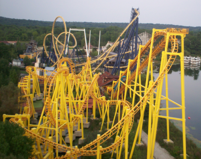 View of Thunderhawk (yellow), Dominator (blue), and Raging Wolf Bobs (white) with the ferry boats (then unused) in the background in 2006 – Author: JonRidinger – CC BY 3.0