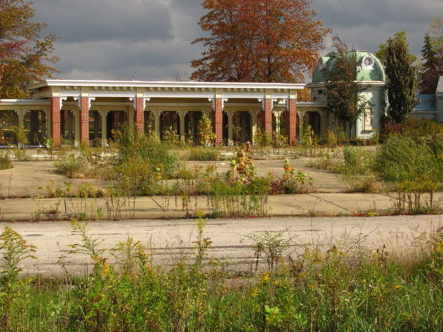 What's left of the Geauga Lake entrance, pictured in 2011 – Author: Jeremy Thompson – CC BY 2.0