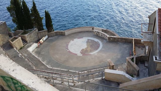 The amphitheater of the abandoned Belvedere Hotel in Dubrovnik. Closed to the public, it is home to the fighting scene between Oberyn Martell and Gregor Clegane. Kigsz CC BY-SA 3.0