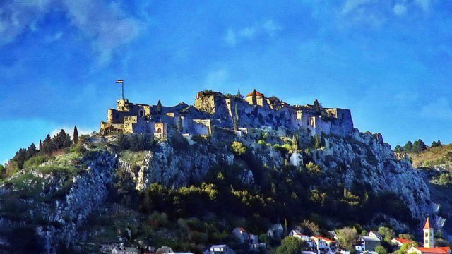 Perched on an isolated rocky cliff, inaccessible on three sides, the Fortress of Klis overlooks Split, located 11 kilometers (6.8 miles) from the Adriatic Sea. Ivan T CC BY-SA 3.0
